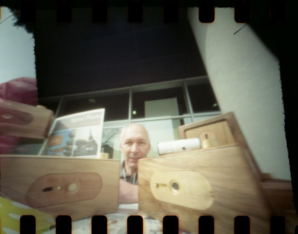 Spiral Camera fabrique artisanalement des appareils photo à sténopé en bois, des sténopés seuls, ainsi que des châssis-presse pour les procédés anciens et alternatifs de tirage par contact. Chaque appareil photo Spiral est unique, numéroté, et fabriqué à la main.